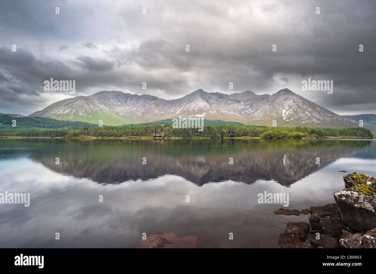 Early morning at Lough Inagh, Connemara, Co Galway, Ireland, with the Twelve Bens mountain range in the background - Stock Image