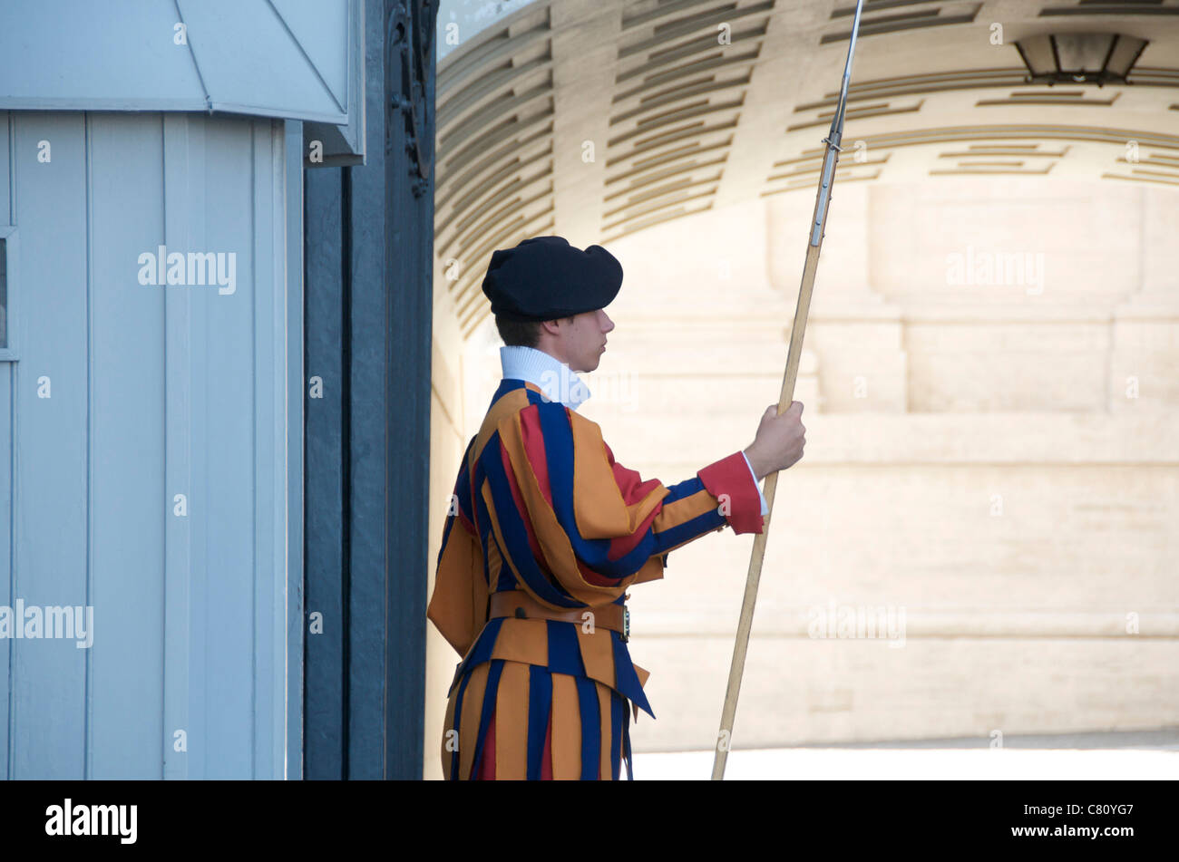 Swiss guard soldier at St. Peter's Basilica, Vatican, Rome, Italy - Stock Image