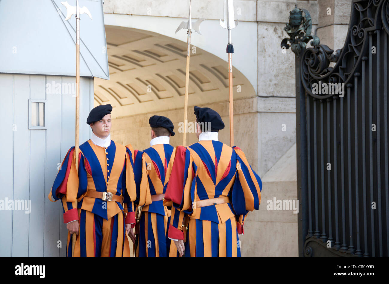 Swiss Guard soldiers at St. Peter's Basilica, Vatican, Rome, Italy, Europe - Stock Image