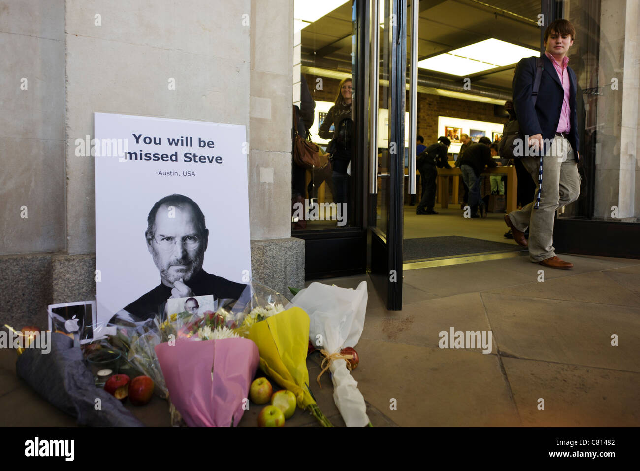 makeshift shrine to apples steve jobs the morning after his death was announced at the age of 56 from cancer