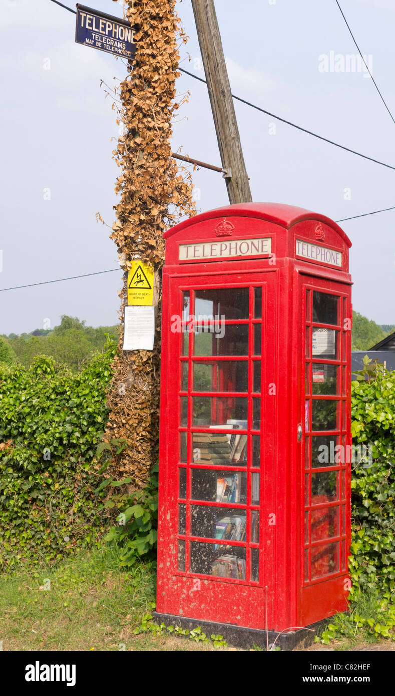 The local public library operating from a telephone kiosk - Stock Image