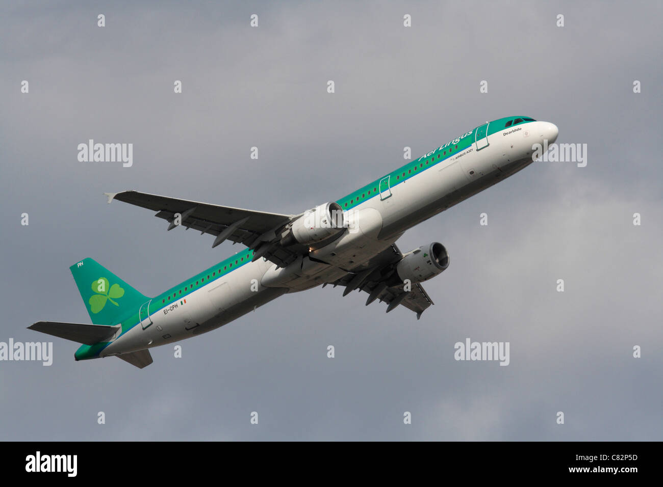 Commercial air travel. Aer Lingus Airbus A321 passenger jet plane flying on takeoff - Stock Image