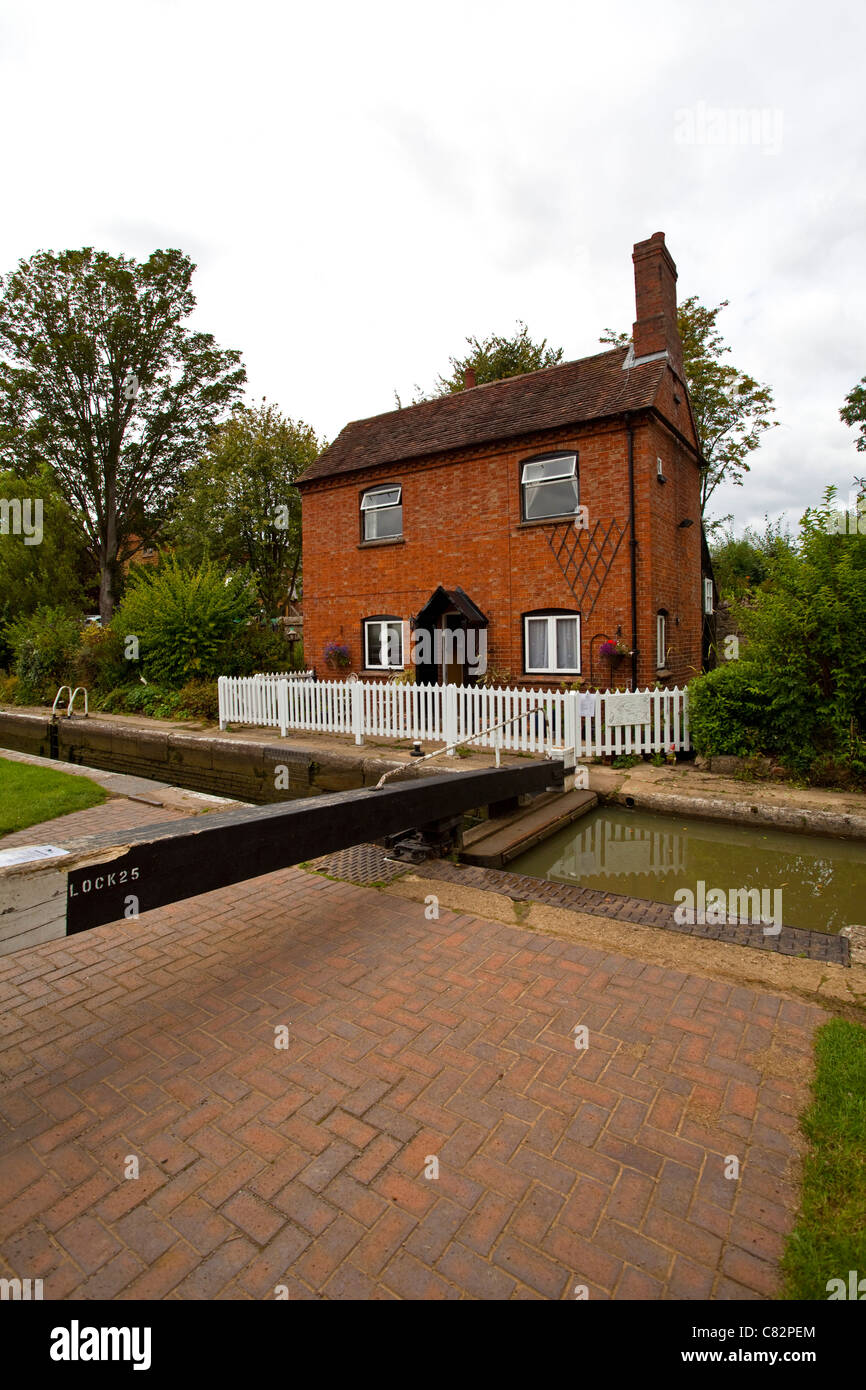 A Lock Keeper's cottage on the Oxford canal near Cropredy Oxfordshire UK - Stock Image