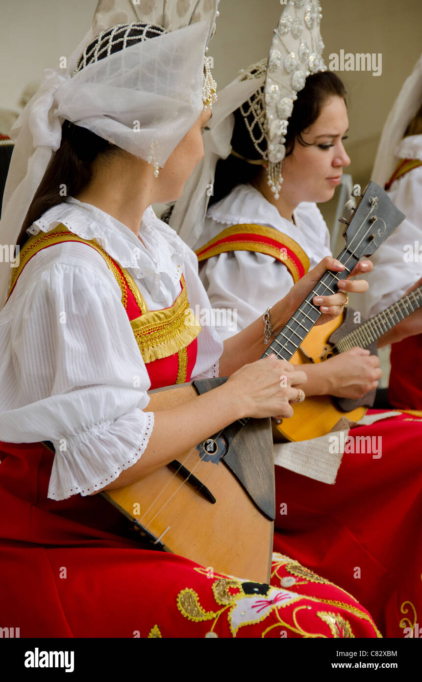 Ukraine, Yalta, Livadia Palace. Ukrainian folkloric show. Women in traditional costume playing Russian balalaikas - Stock Image