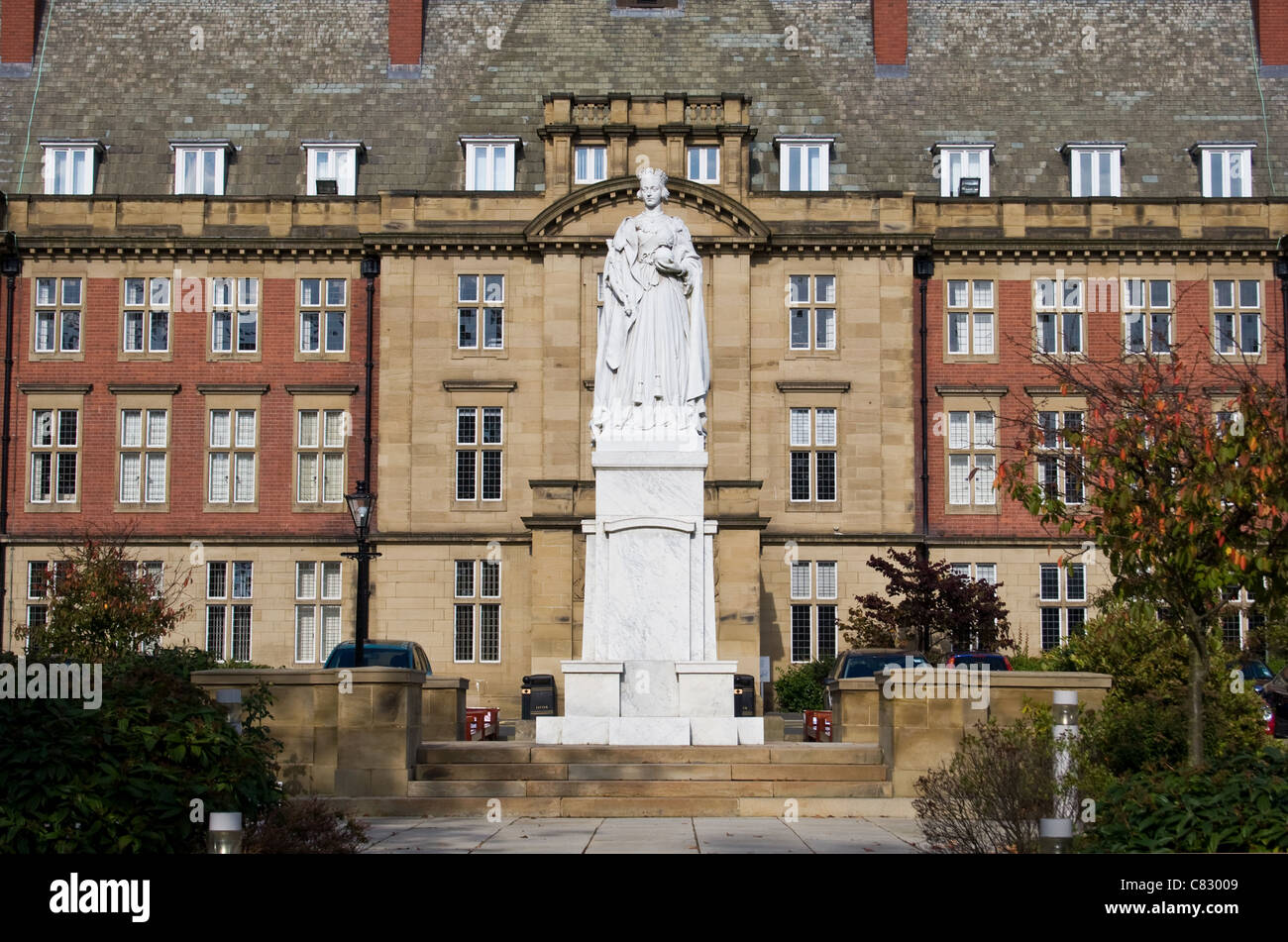 Royal Victoria Infirmary (RVI) + statue of Queen Victoria, Newcastle Upon Tyne Hospitals NHS Foundation Trust, England, - Stock Image