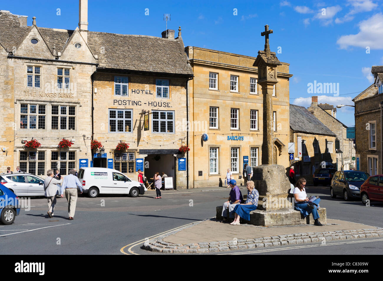 Market Square looking towards the Hotel Posting House and the Kings Arms pub, Stow-on-the-Wold, Gloucestershire, Stock Photo