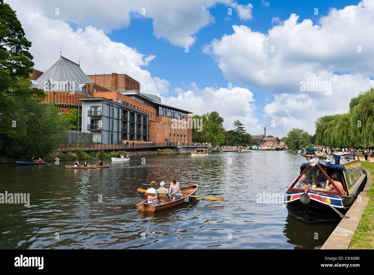 Rowing boat on the River Avon in front of The Royal Shakespeare & Swan Theatres, Stratford-upon-Avon, Warwickshire, - Stock Image