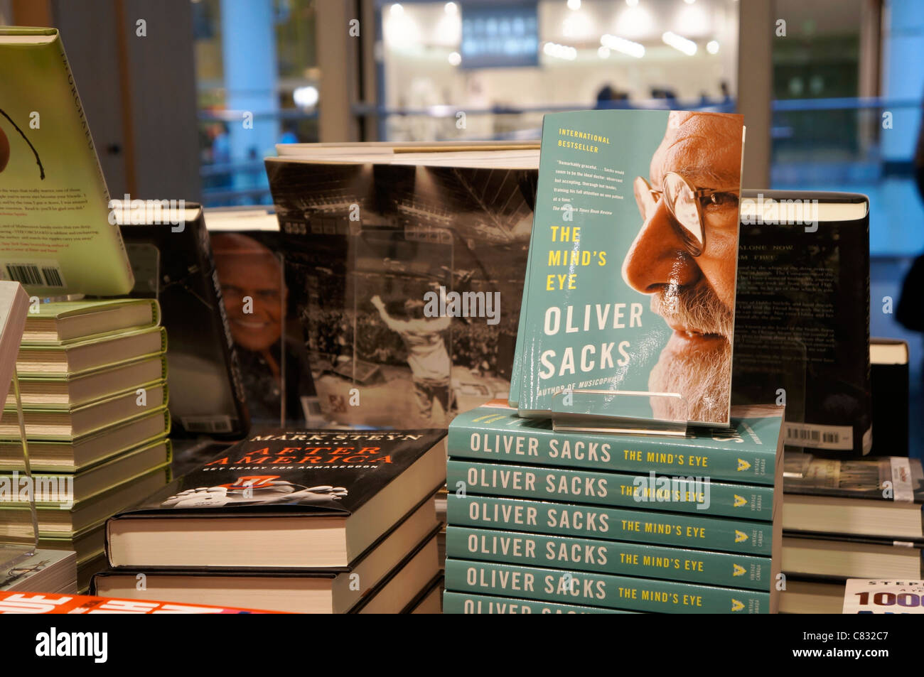Books on table, on display at bookstore - Stock Image