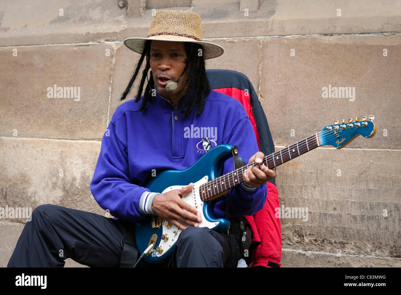 Richard Blues playing the guitar and street busking at Edinburgh Fringe Festival, Edinburgh, Scotland, Great Britain - Stock Image