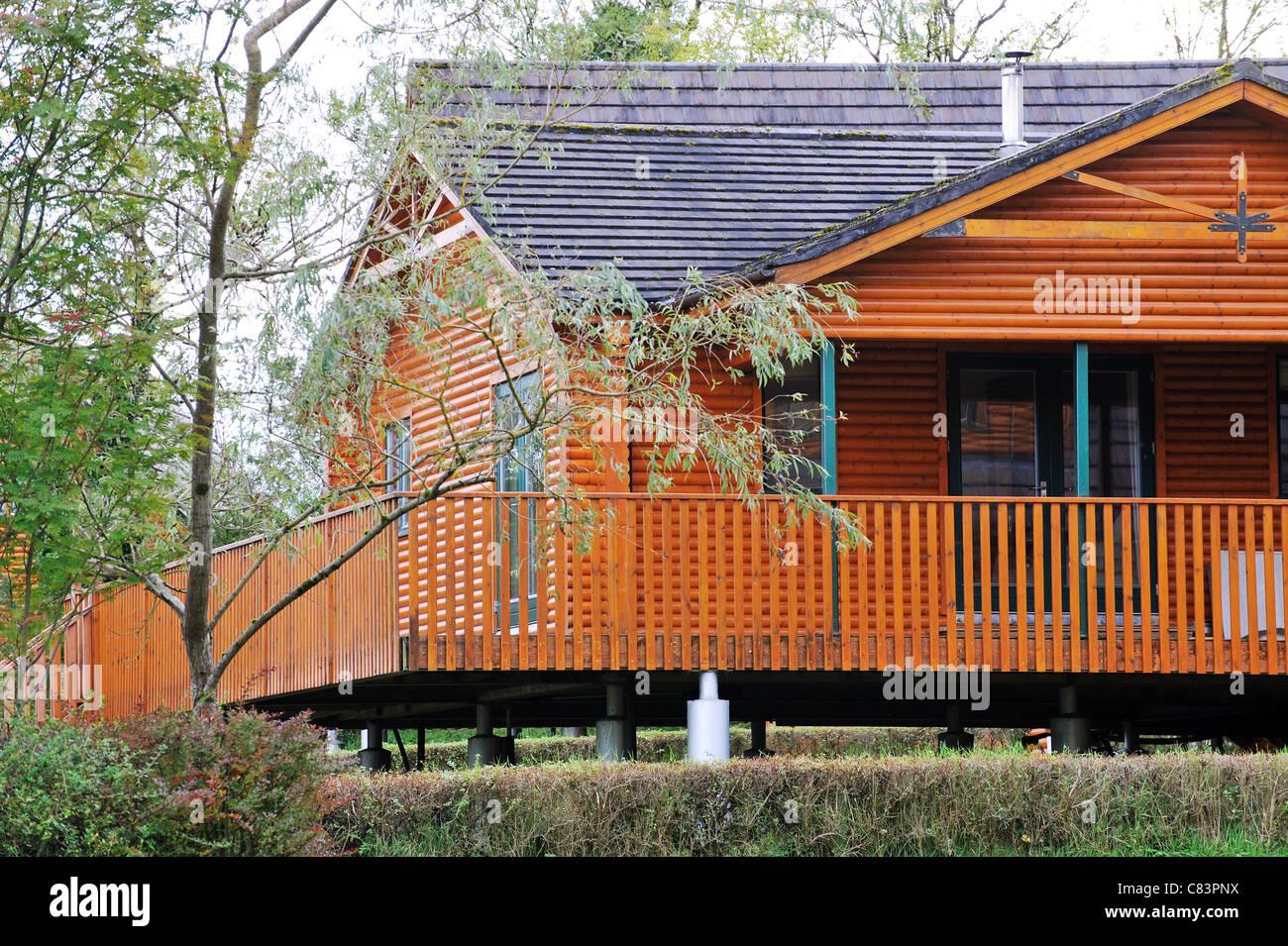 Modern log cabin cottage - Stock Image