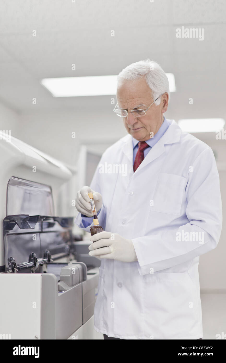 Scientist working in pathology lab - Stock Image