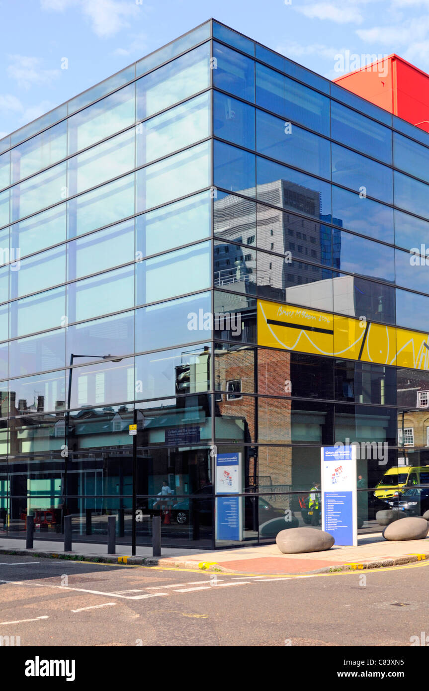 Glass cladding & windows on The Blizard Building part of Barts & London School of Medicine & Dentistry - Stock Image