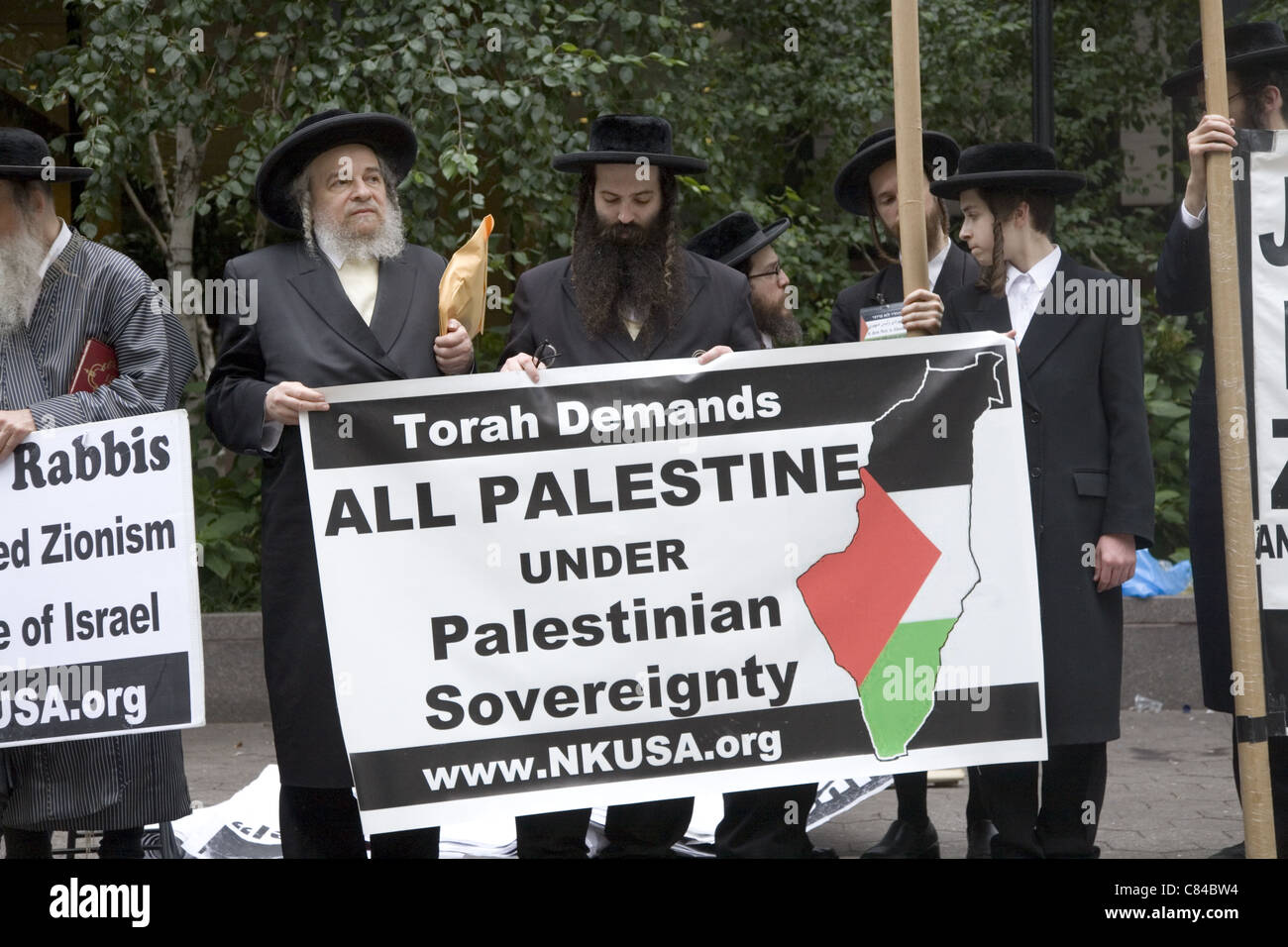 Ultra-Orthodox Jewish Rabbis demonstrate near the UN in NYC to free Palestine and dismantle the state of Israel. - Stock Image