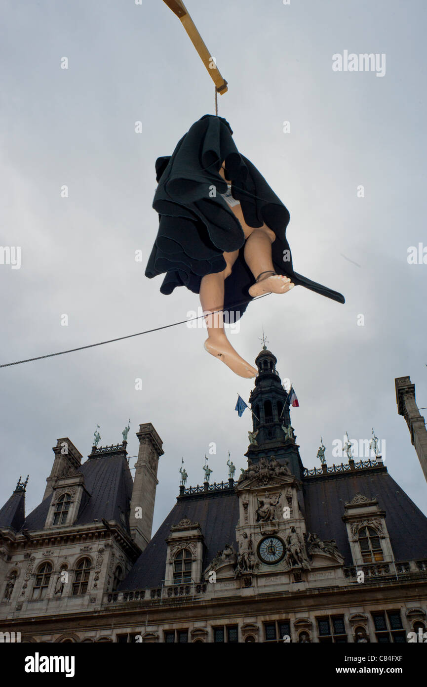 Paris, France. Campaigners hang up an effigy outside Paris City Hall  in a protest against the death penalty. - Stock Image