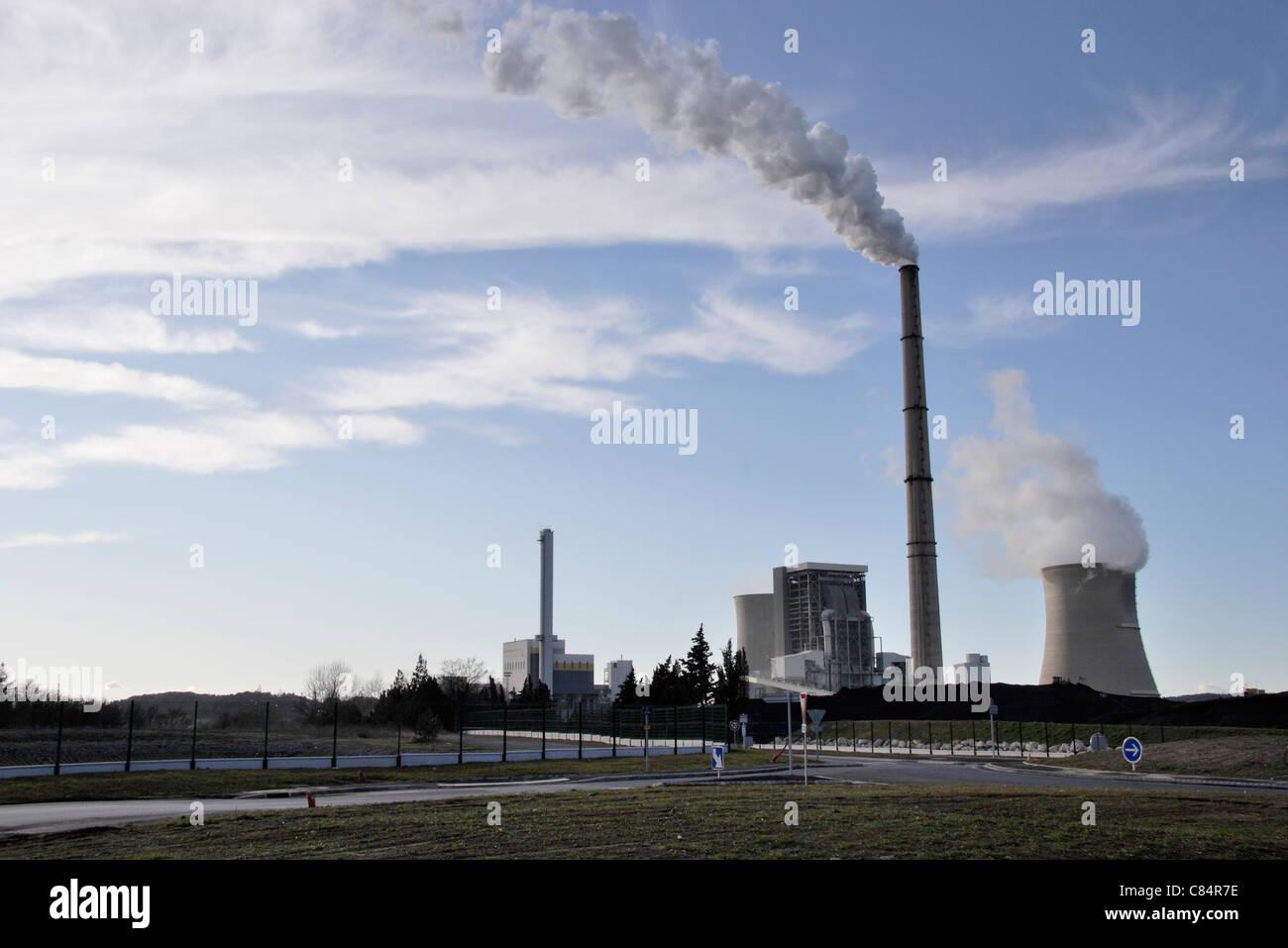 Factory, smoke coming out of smokestacks - Stock Image