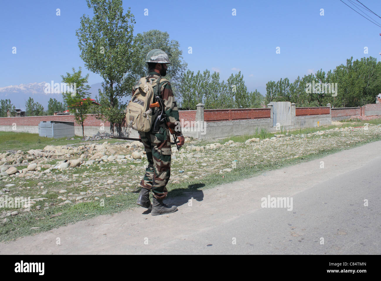 Indian army soldier on patrol in kashmir - Stock Image