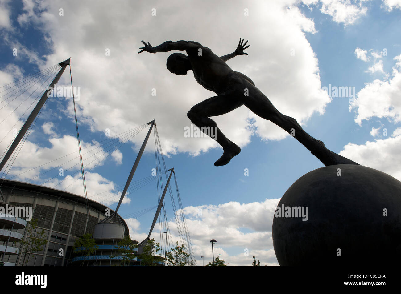 Colin Spofforth's bronze sculpture 'THE RUNNER' outside - CITY of Manchester STADIUM, ETIHAD STADIUM - Stock Image