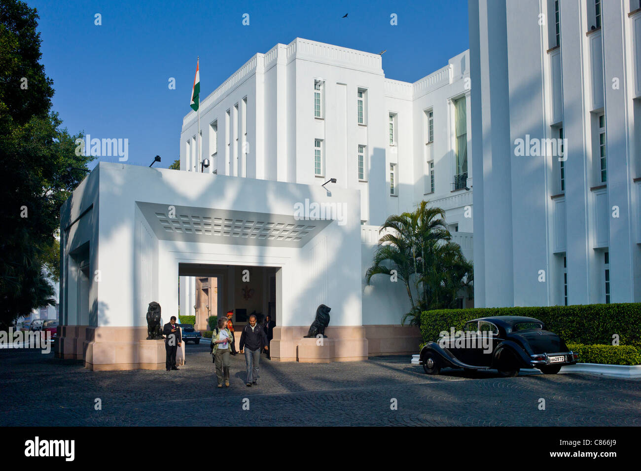 Tourists at The Imperial Hotel with its luxury colonial elegance, New Delhi, India - Stock Image