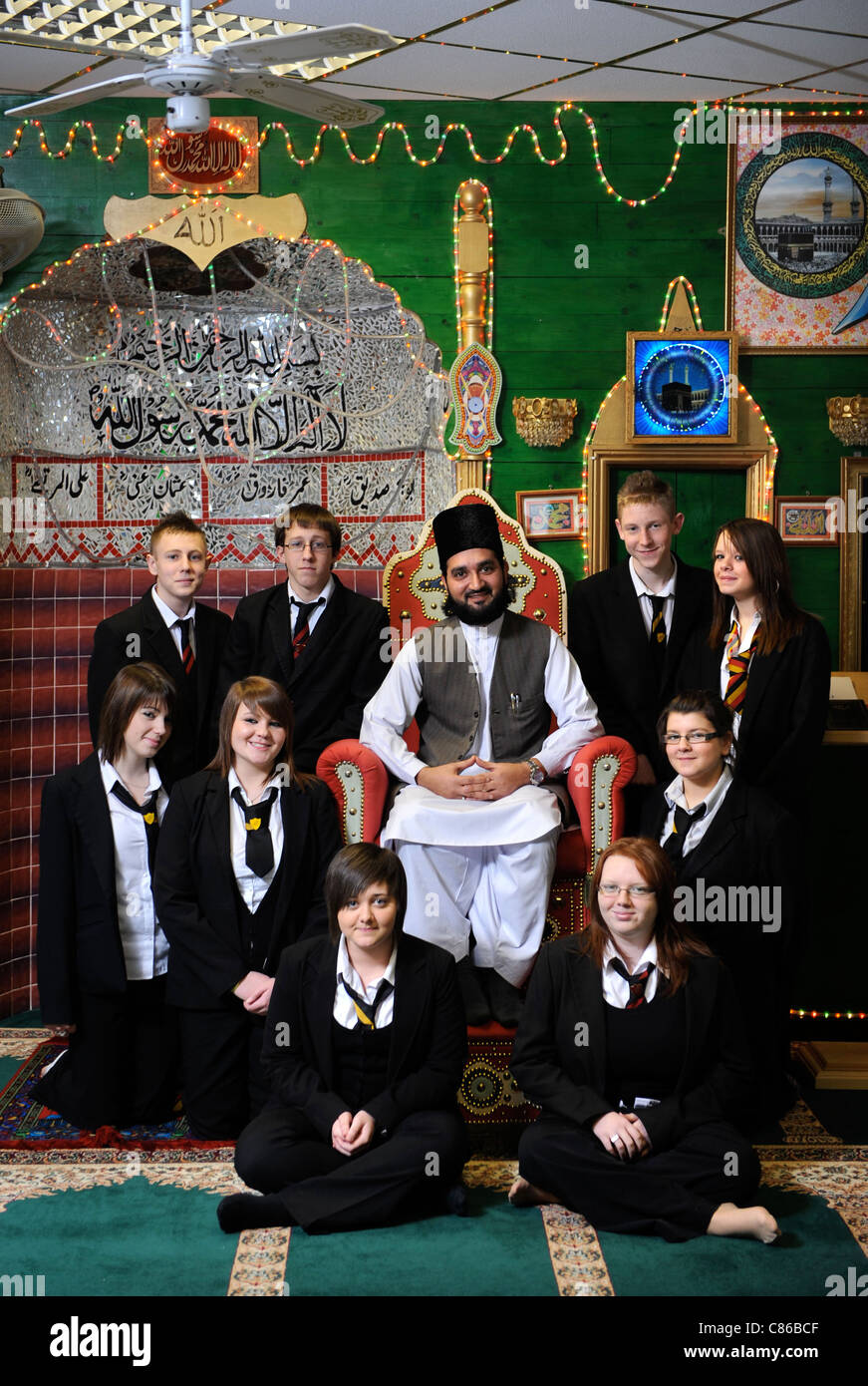 Children from Mitchell High School, Stoke-on-Trent with Sheik Hanif at Tunstall Mosque, during a Community Cohesion - Stock Image