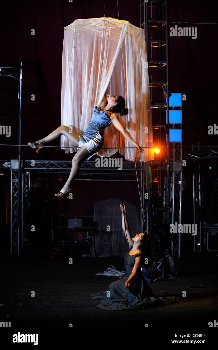 Tightrope performer Vanina Fandino rehearsing with her sister Natalia Fandino (below) for the Nofitstate Circus - Stock Image