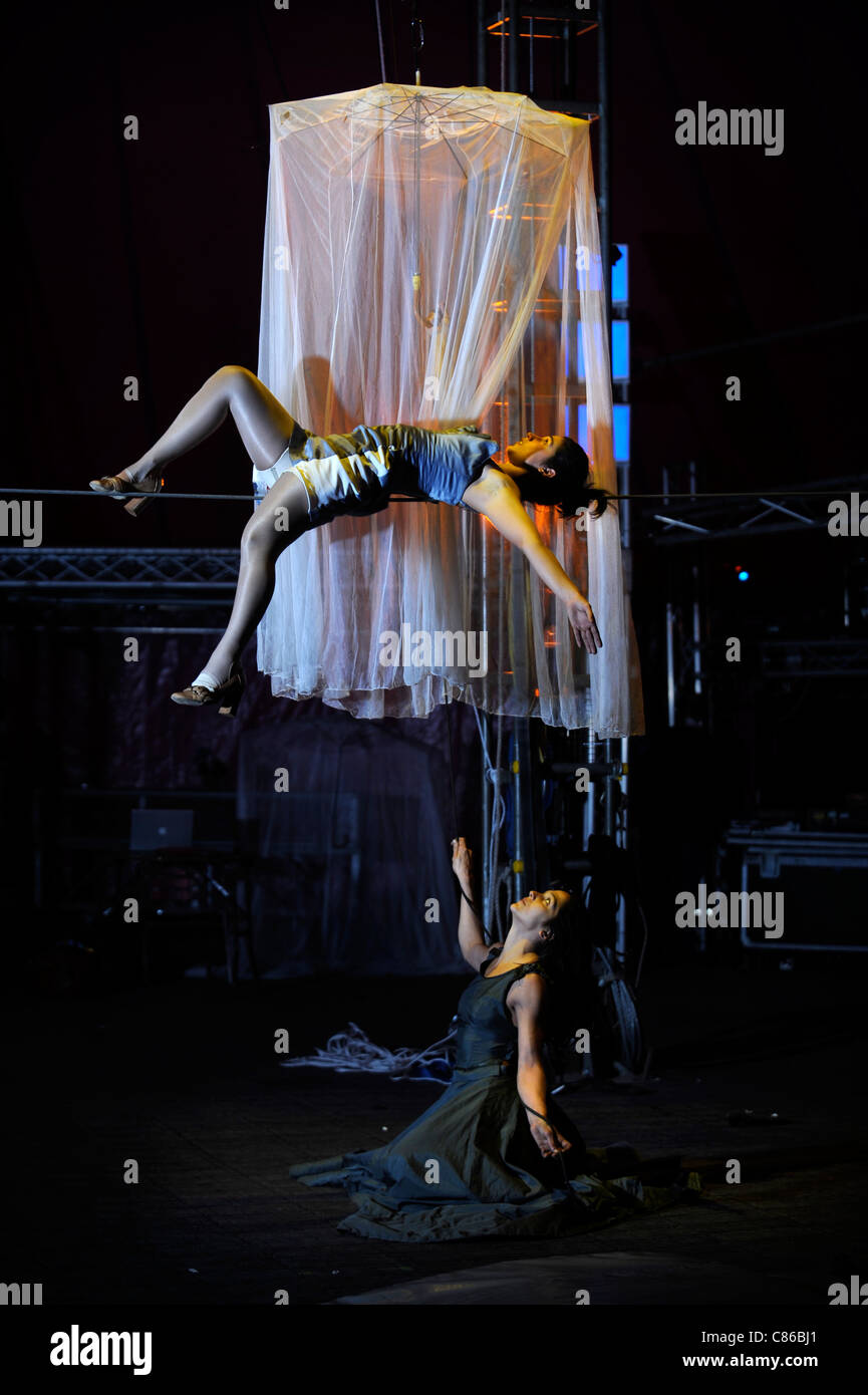 Tightrope performer Vanina Fandino rehearsing with her sister Natalia Fandino (below) for the Nofitstate Circus - Stock Image