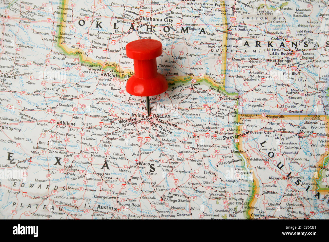 red pin on map of usa pointing at dallas texas stock photo