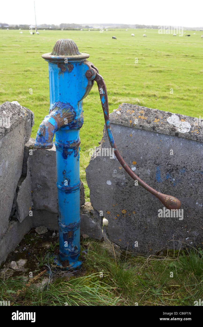 old painted manual water pump field supply easkey county sligo republic of ireland - Stock Image