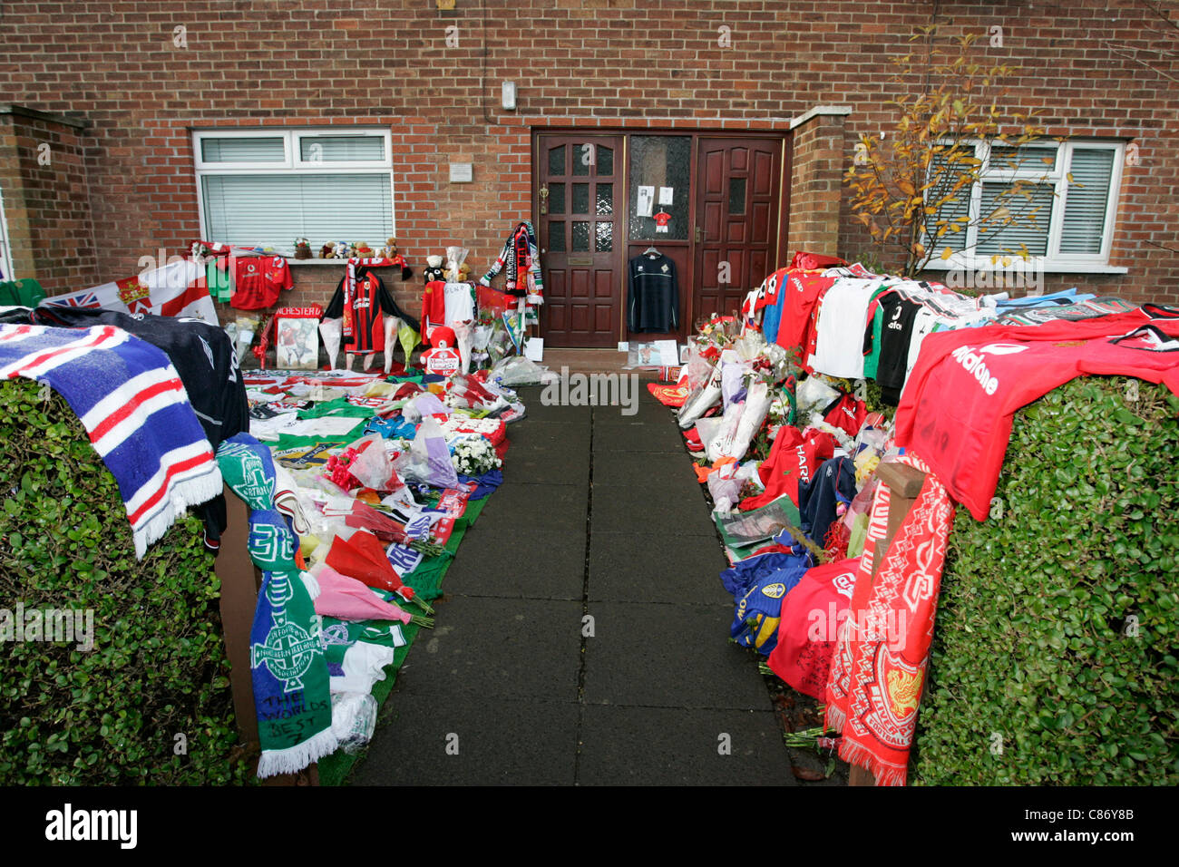 Tributes for George Best left in the garden of the Best family home, Cregagh, Belfast, Northern Ireland - Stock Image