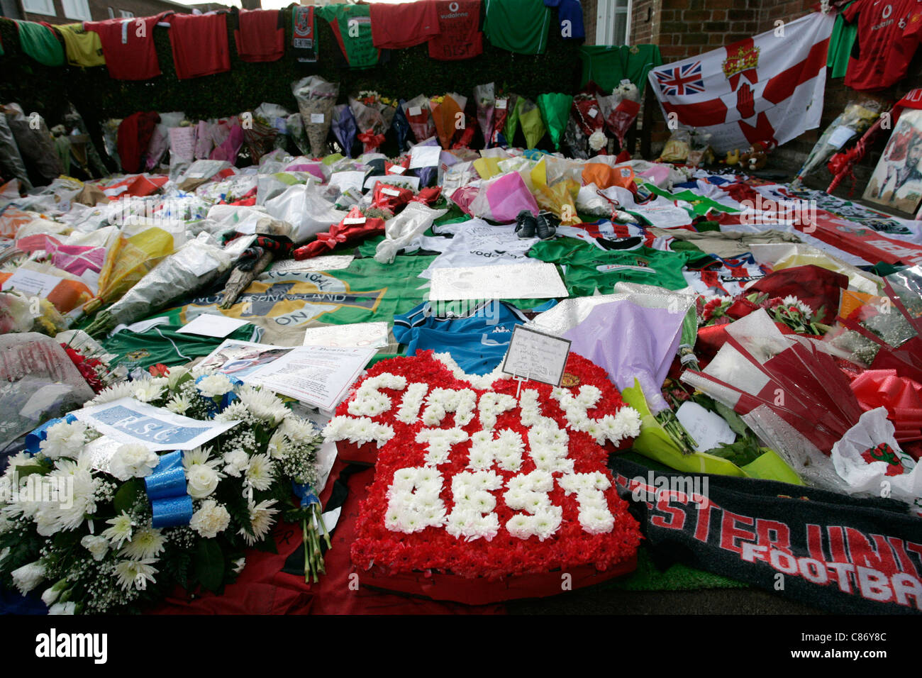 Tributes for George Best left in the garden of the Best family home including one from Sunderland FC's George - Stock Image