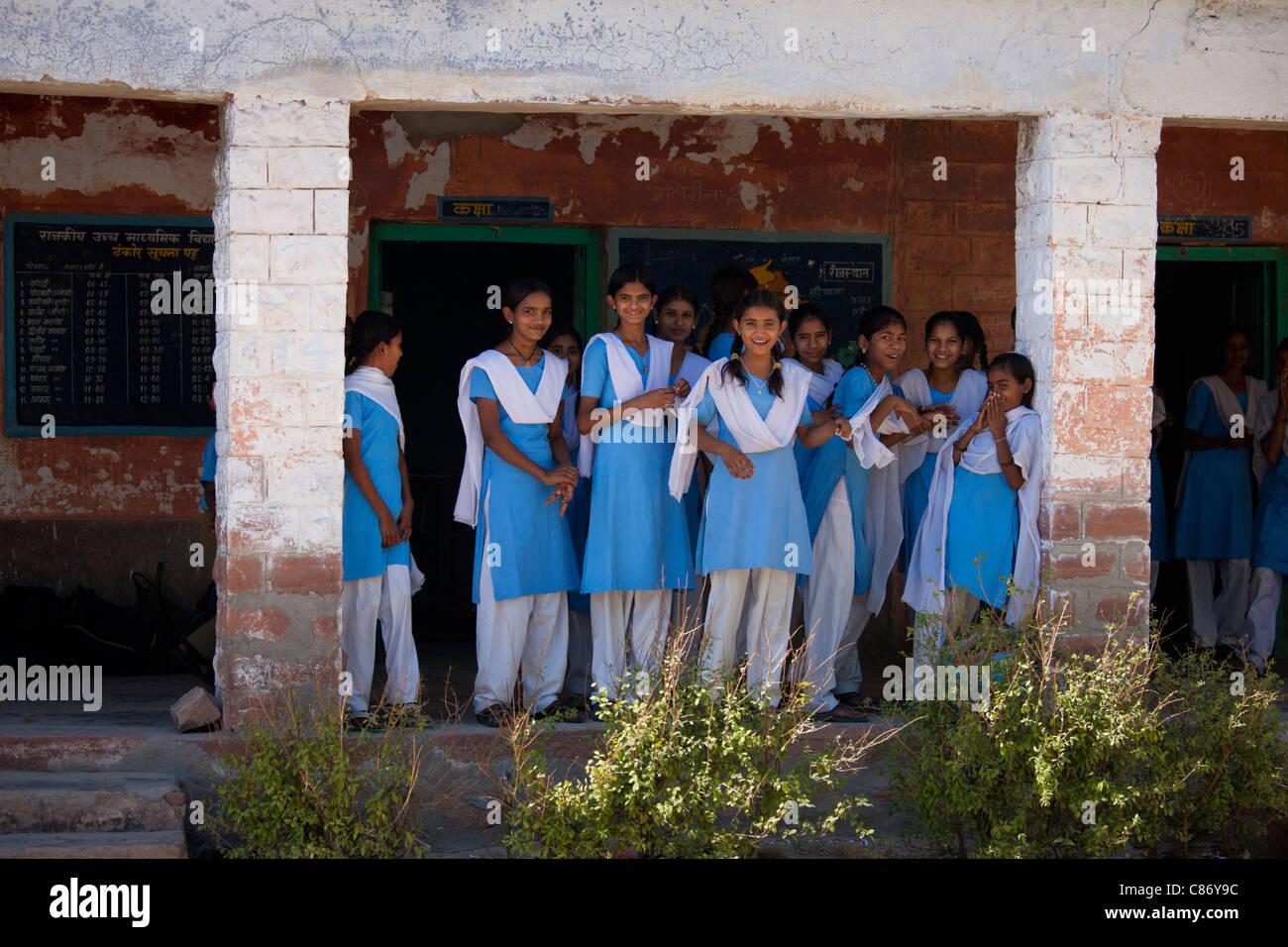 Indian Hindu schoolchildren at state school at Kaparda village in Rajasthan, Northern India - Stock Image