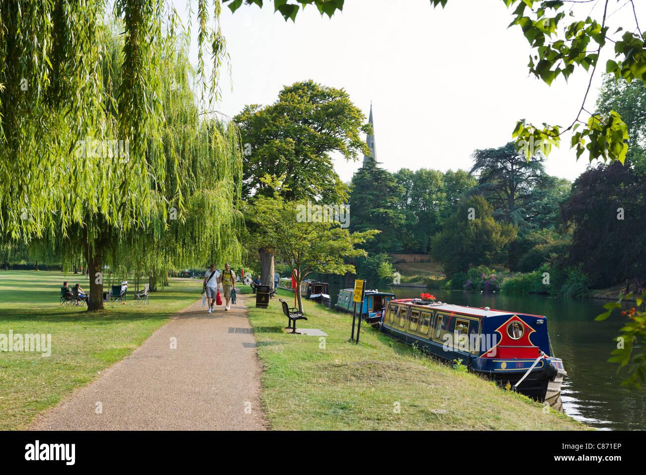 People walking along the banks of the River Avon, Stratford-upon-Avon, Warwickshire, England, UK - Stock Image