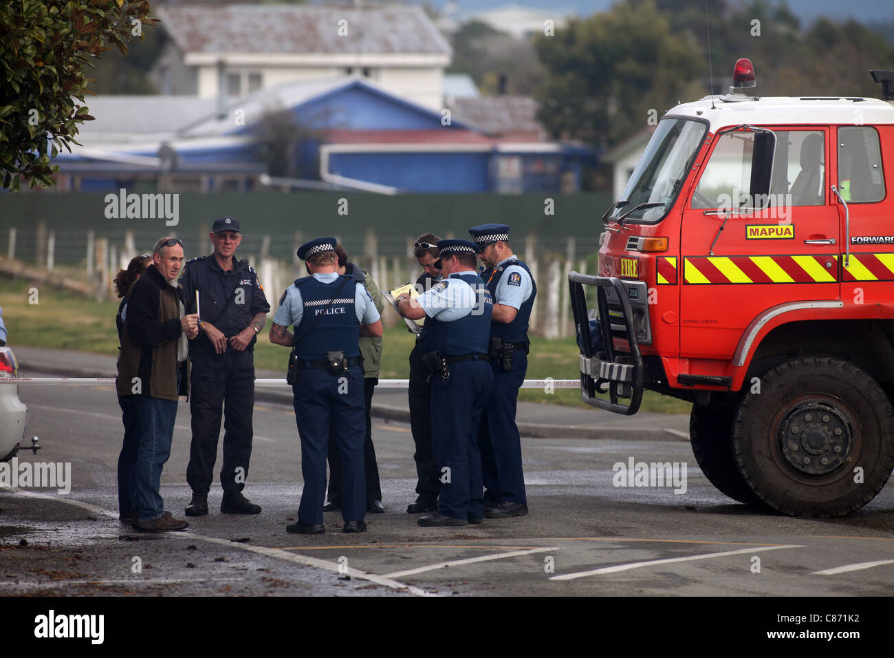 Fire and Police personnel on the scene of a suspicious fire at Mapua's Touch the Sea aquarium, Nelson, New Zealand - Stock Image