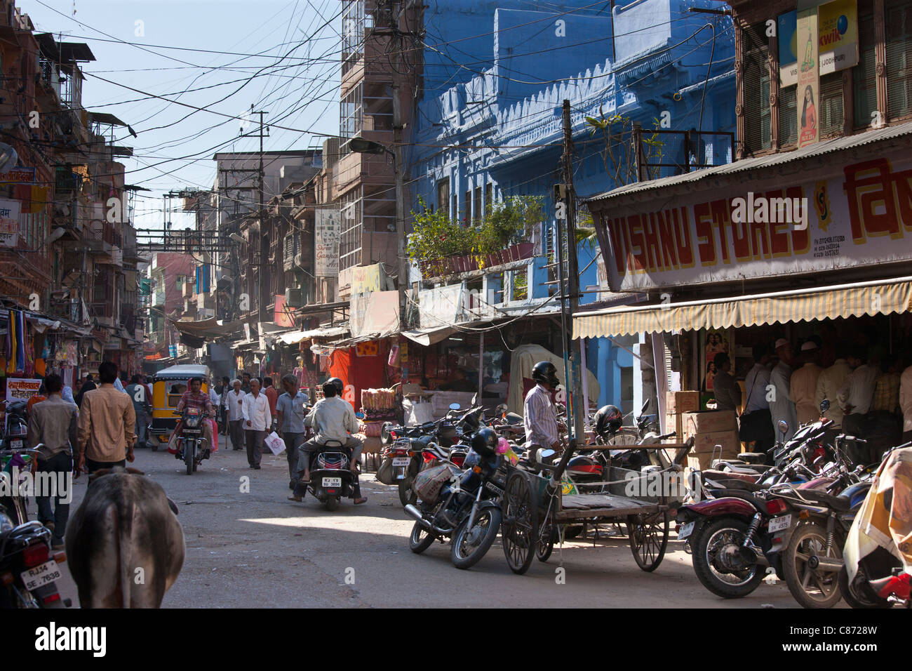 Busy street scene Tambaku Bazar in Jodhpur Old Town, Rajasthan, Northern India - Stock Image