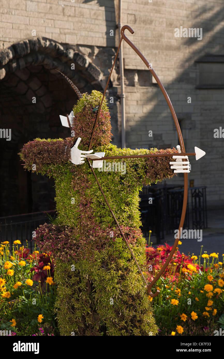 UK, Nottinghamshire, Nottingham Castle, topiary groawing statue of Robin Hood in castle garden - Stock Image