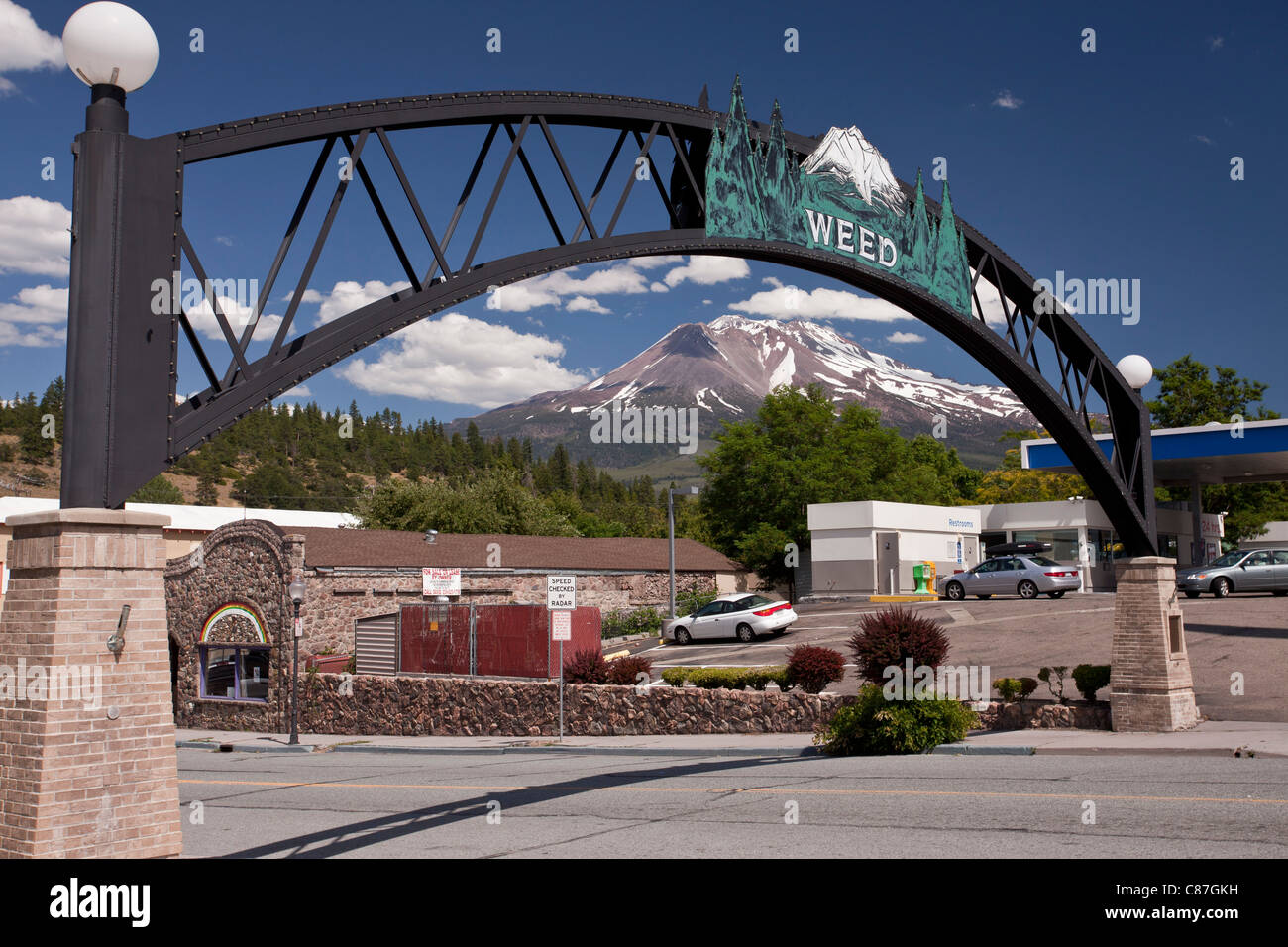 The town of Weed, with its understated entrance arch, nr. Mount Shasta, north California, USA - Stock Image