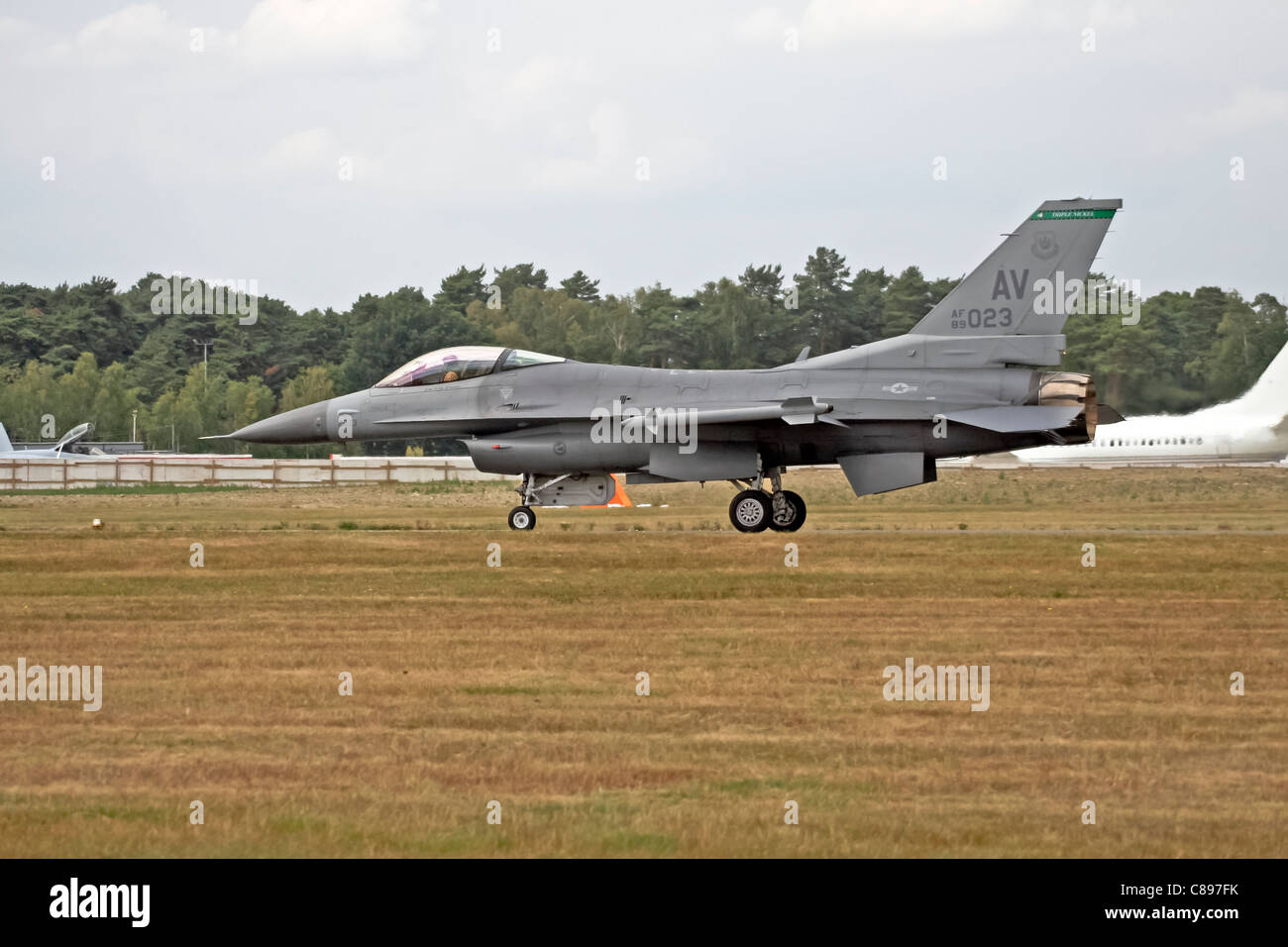 An F-16 fighting falcon from the USAF AF90023 Triple Nickel Aviano takes off at the Farnborough International trade - Stock Image