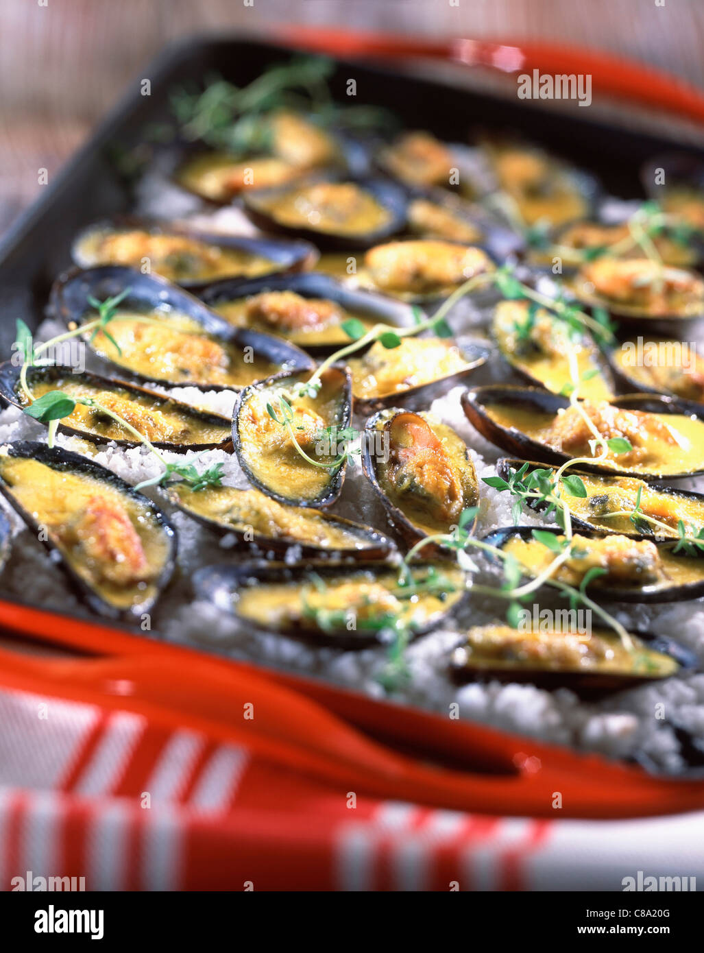Mussels cooked in white wine, parsley and shallots, with curry - Stock Image