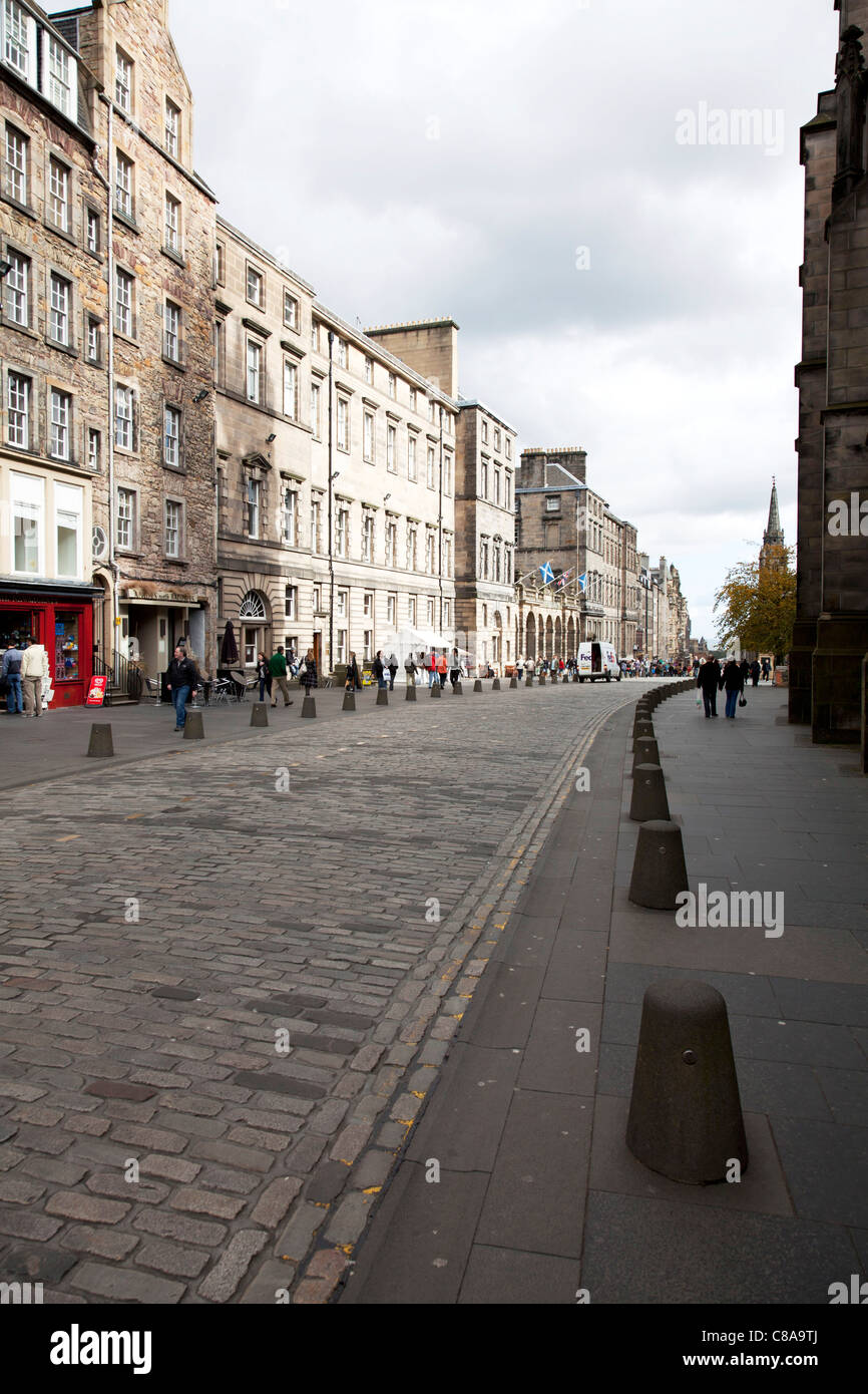 Edinburgh, Scotland, The Royal, Golden,  Mile High Street, shoppers & tourists on path by cobbled road - Stock Image