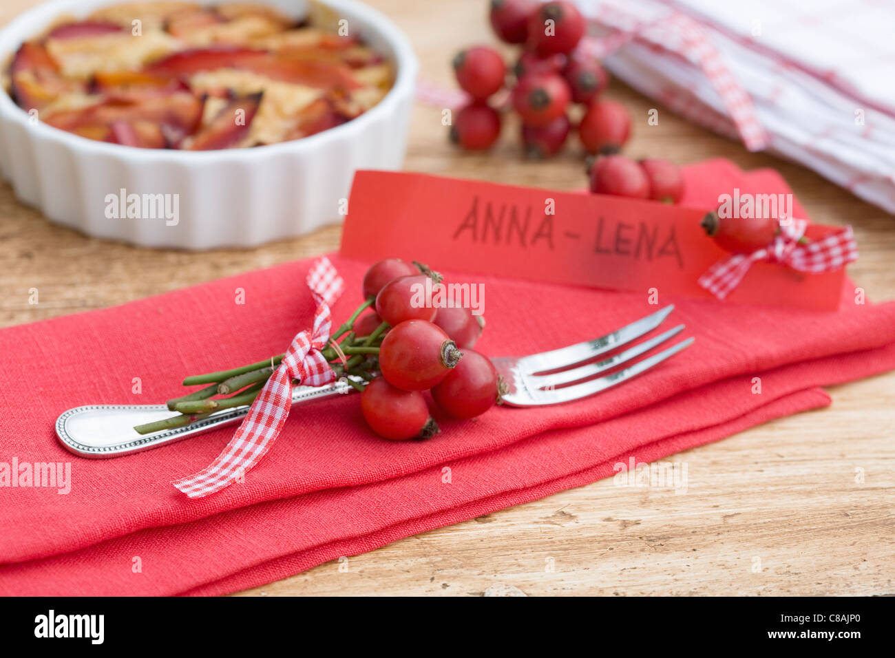 Name-tags and small bunches of rose hips - Stock Image
