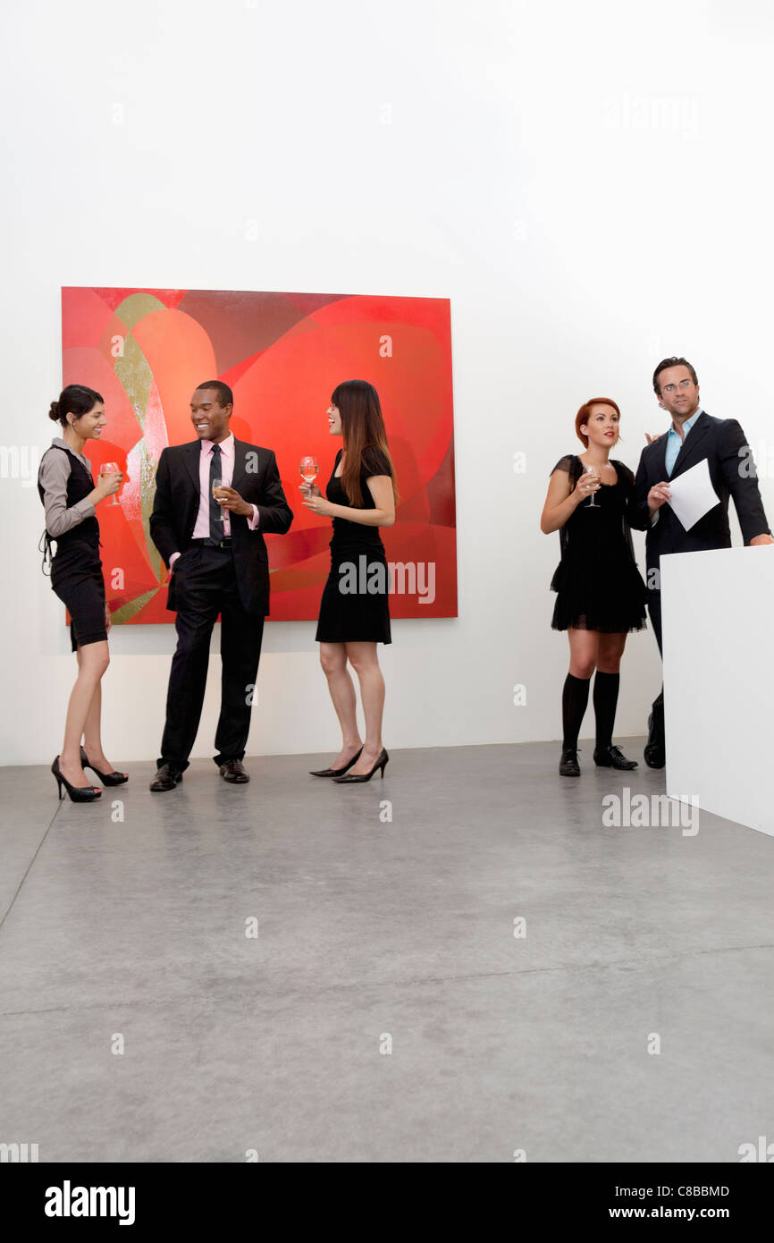 Group of people in art art gallery - Stock Image