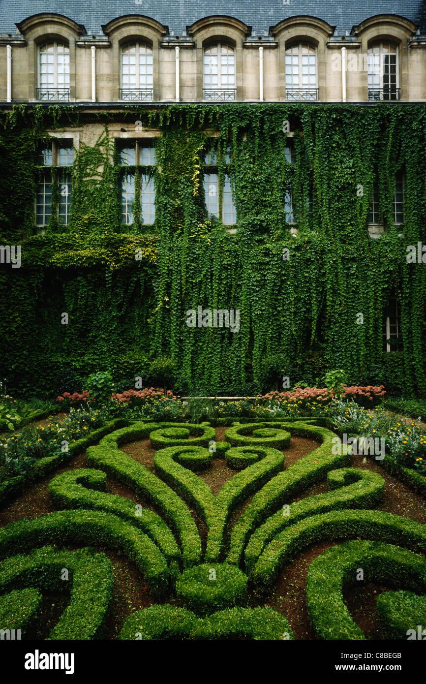 Paris. France. Formal garden / courtyard of Musee Carnavalet, rue de Sevigne 3rd Arrondissement. - Stock Image