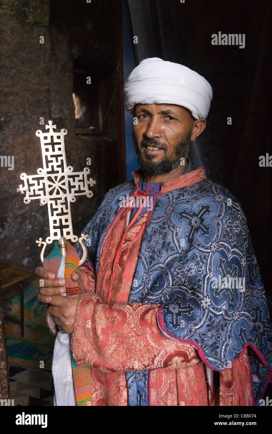 Elk200-3206v Ethiopia, Lalibela, rock cut church, 12th-13th c, Bet Meskel-Danaghel, priest holding cross - Stock Image