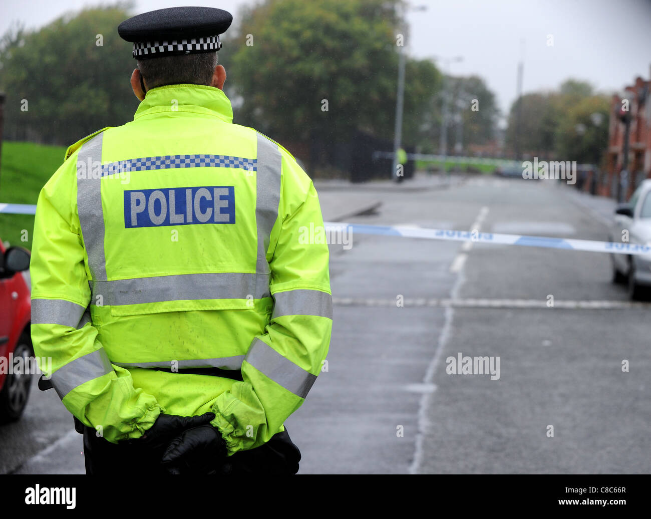 Policeman at the scene of a shooting incident in Salford, Greater Manchester, England. Sunday October 09, 2011 - Stock Image