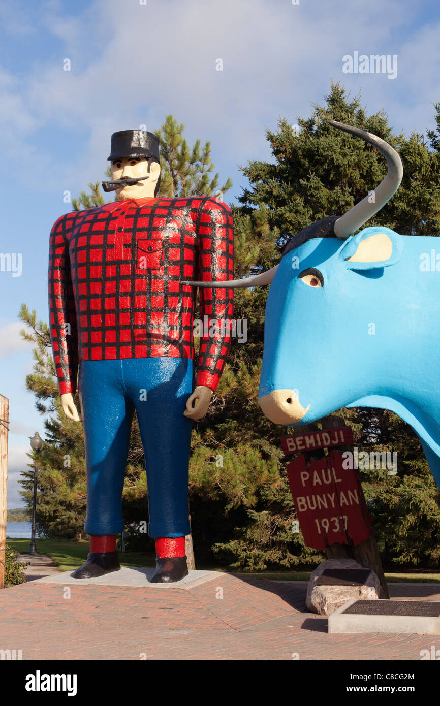 Giant statues of Paul Bunyan and Babe the Blue Ox stand near Lake Bemidji in Bemidji, Minnesota, USA. - Stock Image