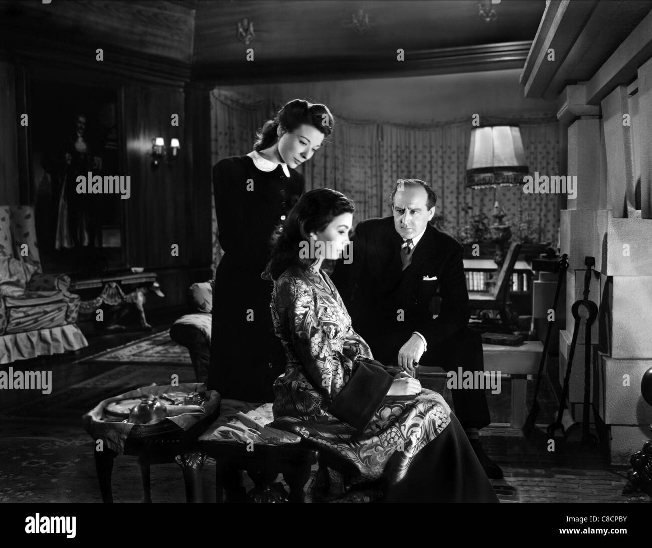 JOAN MILLER, JEAN SIMMONS, CECIL PARKER, THE WOMAN IN THE HALL, 1947 - Stock Image
