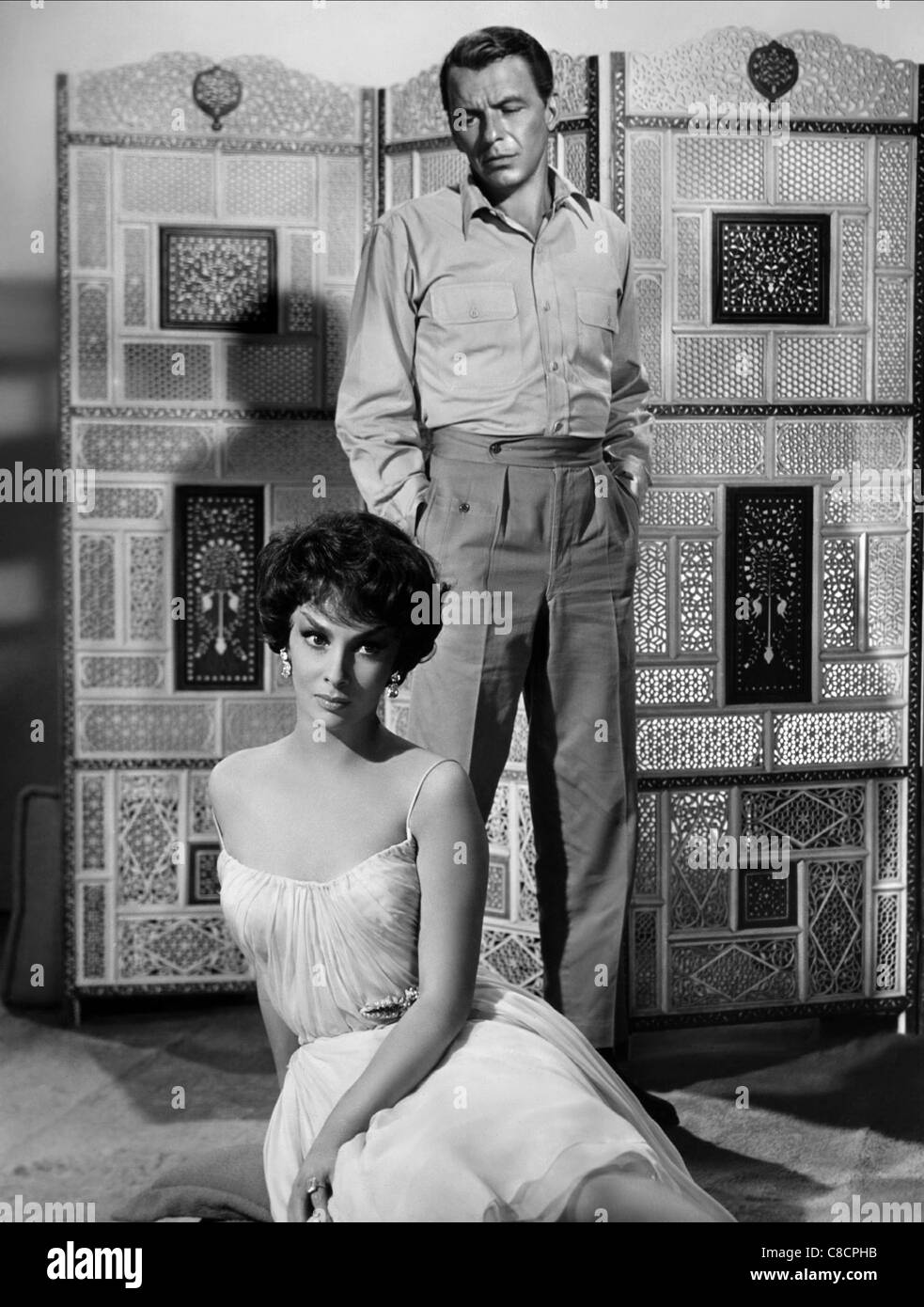 GINA LOLLOBRIGIDA & FRANK SINATRA NEVER SO FEW (1959) - Stock Image