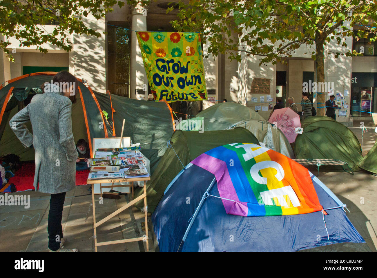 St Pauls, Occupy London, anti capitalist camp. 'Peace' and 'Grow your own future' banners above - Stock Image