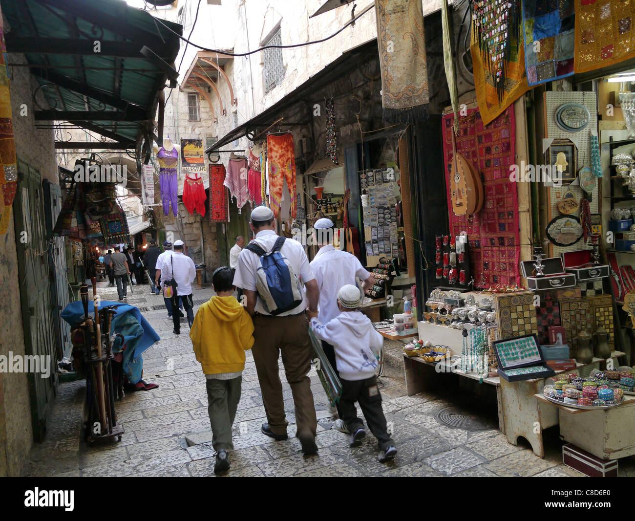 Jerusalem, Jewish family walking through Arab market in Old City - Stock Image
