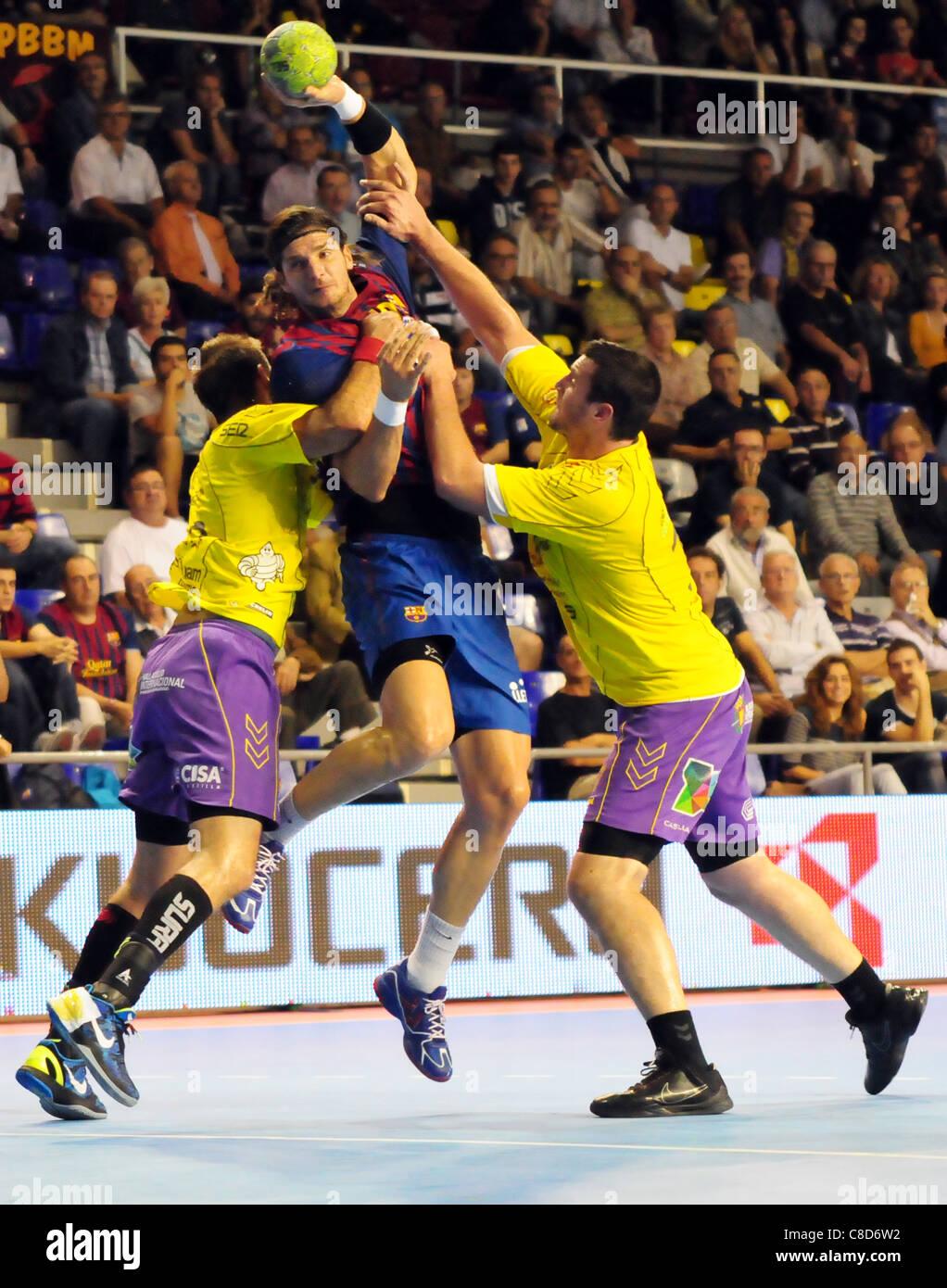 Lazlo Nagy (FC Barcelona Intersport) stoped by Cuatro Rayas Valladolid's defense - Stock Image
