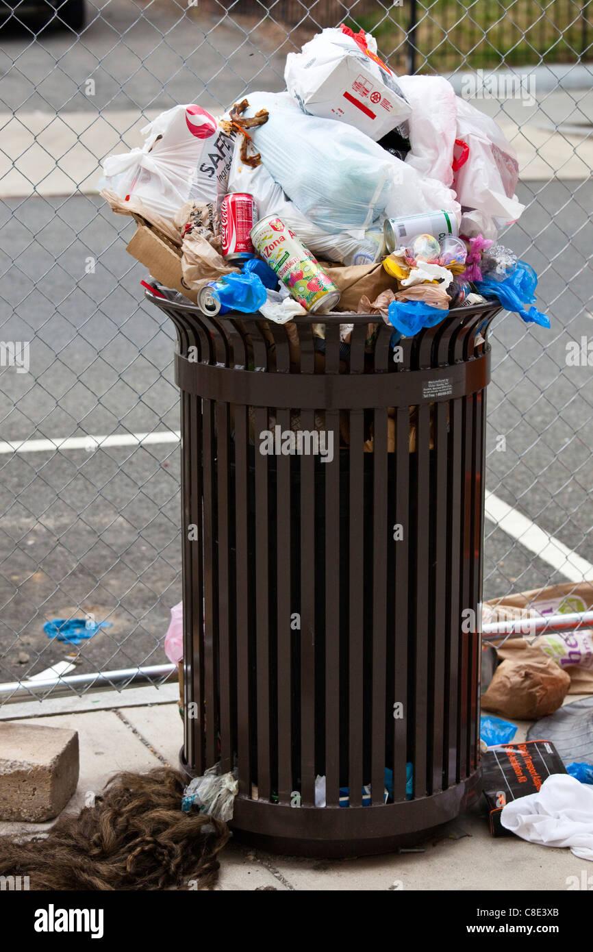 Overflowing garbage can, Washington DC - Stock Image